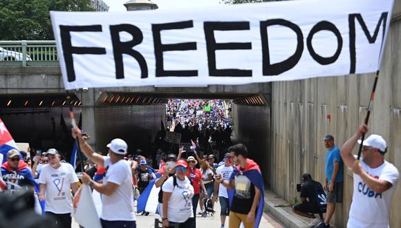 Manifestantes se reúnen cerca de la embajada de Cuba durante una protesta en apoyo de las continuas protestas antigubernamentales en Cuba en Washington DC, el 26 de julio de 2021. (Foto: Brendan SMIALOWSKI / AFP)
