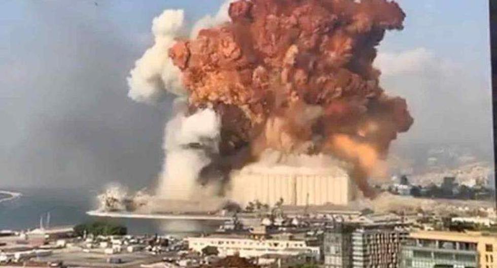 El momento de la fuerte explosión que se registró en el puerto de Beirut, Líbano. (Captura de video / Twitter).
