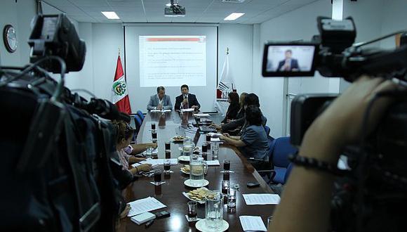 El defensor Eduardo Vega dio una conferencia junto a Antonio Castro. (Difusión)