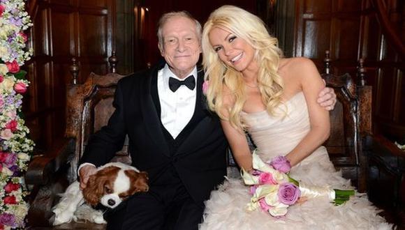 Los flamantes esposos posan junto a su perrito. (@hughhefner)