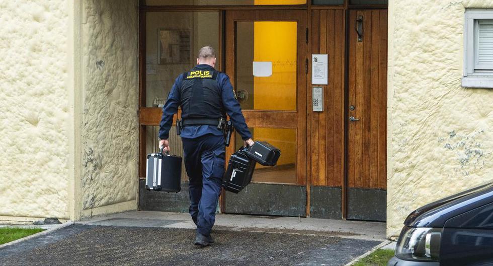 Imagen de un técnico de la policía ingresando este 1 de diciembre de 2020 al apartamento en Haninge, Suecia. (EFE/EPA/Claudio Bresciani).