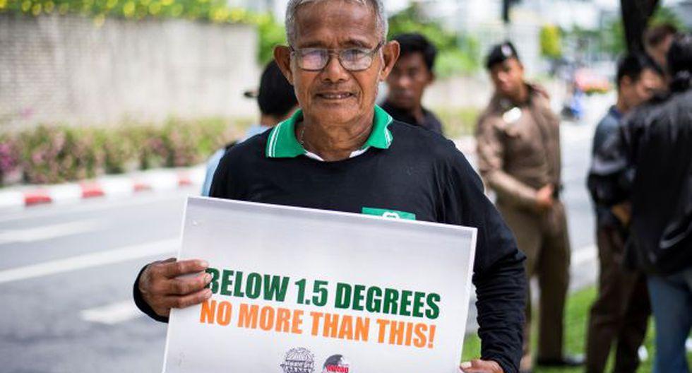 Un activista ambiental exhibe un cartel durante una manifestación frente al edificio de las Naciones Unidas en Bangkok, donde se desarrolla una conferencia climática de la ONU. (Foto: AFP)