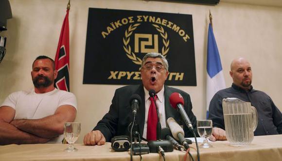 Nikos Michaloliakos, líder de Amanecer Dorado, en el centro de la imagen. (Reuters)