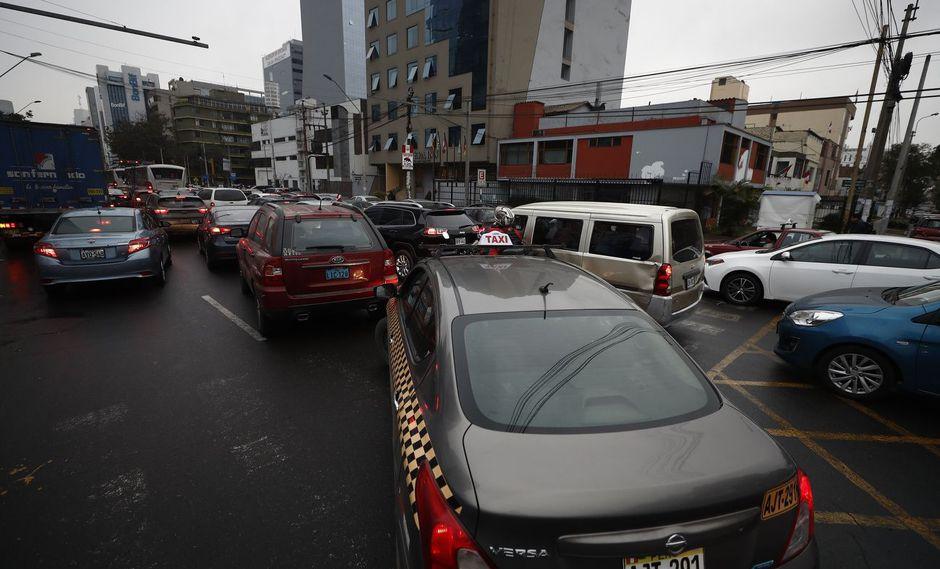 ATRAPADOS. La mañana de ayer, en San Isidro, conductores no tenían por dónde evadir el tráfico.(César Campos).