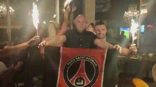 Hinchas del París Saint Germain celebran en el centro de Lisboa la victoria de su equipo