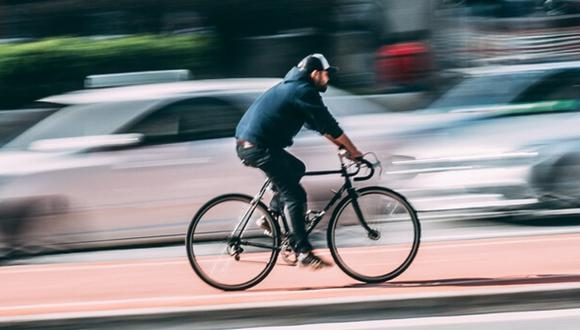 Una cámara de seguridad grabó el momento en el que el vehículo pesado se llevó de encuentro al ciclista, que afortunadamente resultó ileso. (Foto: Pixabay/Referencial)