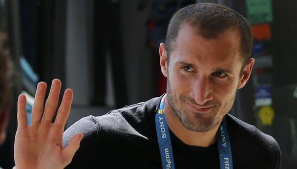 Giorgio Chiellini le responde a Luis Suárez. (Reuters)