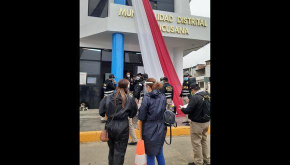 Representantes de la fiscalía y de la policía minutos antes de su ingreso a la sede municipal. (Foto: Ministerio Público)