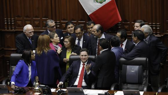 Tras la presentación de Salvador del Solar, los congresistas se acercan a Daniel Salaverry para pedirle una Junta de Portavoces. (Foto: Anthony Niño De Guzmán)