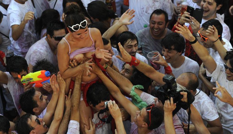 Organizaciones han denunciado que las mujeres son víctimas de tocamientos cada año durante la fiesta de San Fermín. (Reuters)