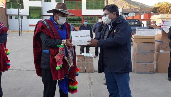 Puno: El gobernador regional de Puno, Agustín Luque Chaiña, entregó 1500 pruebas rápidas y equipos de protección personal a los tenientes gobernadores de la provincia de Huancané. (Foto: Diresa Puno)
