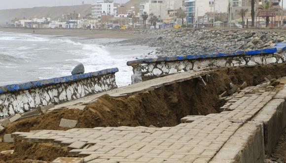 Al menos 100 metros del malecón de Huanchaco fueron dañados por el fuerte oleaje.