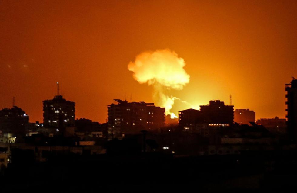 El humo y las llamas se elevan después de que aviones de guerra pertenecientes al ejército israelí llevaran a cabo ataques aéreos sobre la ciudad de Gaza. (AFP/Mahmud Hams).