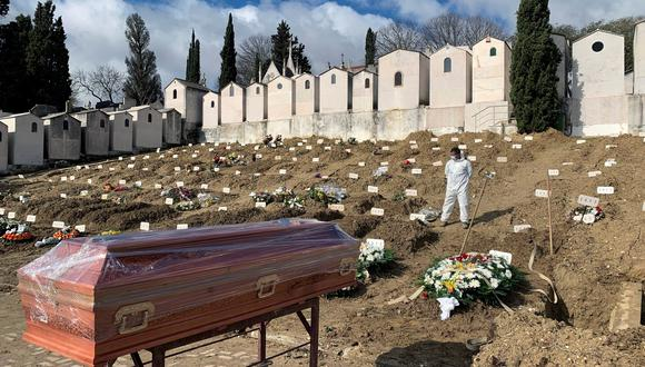 LISBOA (PORTUGAL) 27/02/2021.- Vista de una sección del cementerio lisboeta de Alto de São João, el mayor camposanto de Portugal, en donde el 95 por ciento de los enterrados son víctimas de la covid-19. EFE/ Cynthia De Benito