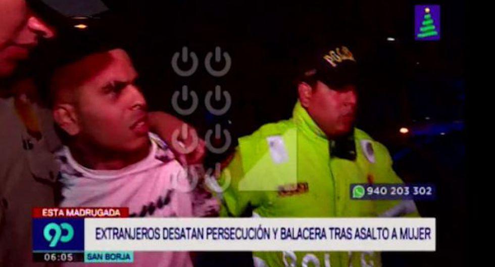 Los agentes iniciaron una persecución contra los hampones que se transportaban en un vehículo blanco de placa B3X-683. (Foto captura: Latina)