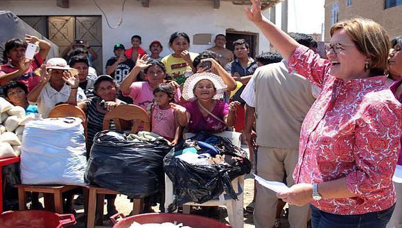Nancy Lange entregó ayuda a los habitantes afectados por las lluvias y huaicos en Chiclayo. (Difusión)