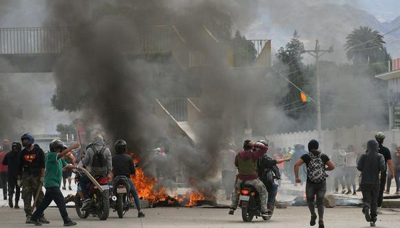 La televisión mostró imágenes de buses con los vidrios quebrados y personas desplomadas al borde de la carretera que conduce a La Paz. (Foto: EFE)