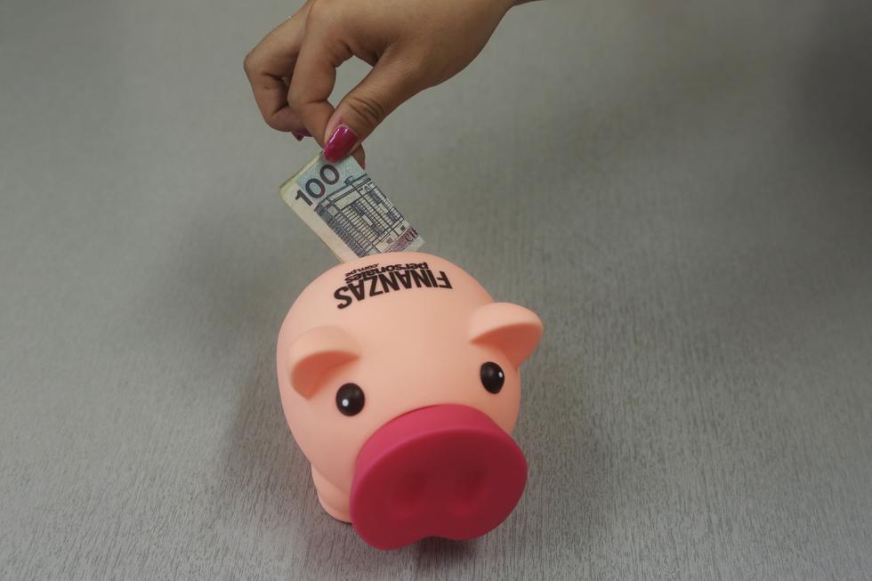 2.No ahorrar: Evitar gastar todo el dinero de la 'grati' en compras innecesarias para retomar el hábito de ahorrar y hacer crecer lo guardado. (Foto: GEC)