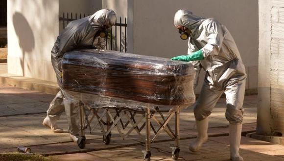 """""""En domicilios hay más de 40 cuerpos esperando fecha de cremación"""", ha señalado Carlos Orellana, presidente de la Asociación Privada de Funerarias de Cochabamba. (Foto: AFP)"""