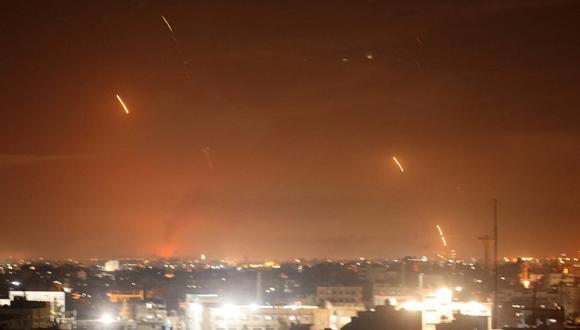Se lanzan cohetes hacia Israel desde Rafah, en el sur de la Franja de Gaza, a principios del 12 de mayo de 2021.  (Foto: SAID KHATIB / AFP)