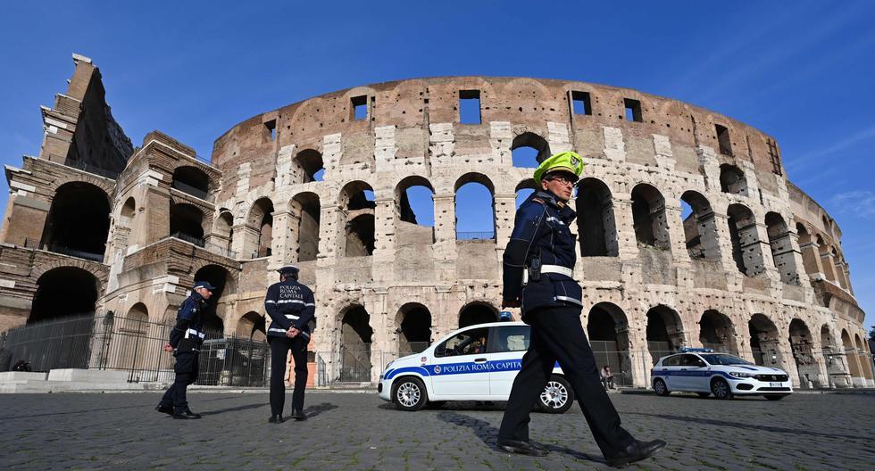 La policía municipal patrulla los alrededores del Coliseo en Roma, Italia, el 10 de marzo de 2020. (AFP / Alberto PIZZOLI).