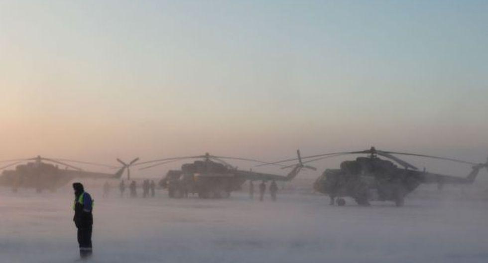 Los helicópteros de búsqueda y rescate se ven antes de un vuelo hacia el área de aterrizaje de la cápsula Soyuz MS-09 con el equipo de la Estación Espacial Internacional. (Foto: AFP)
