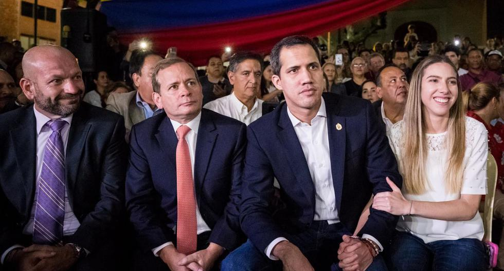 El líder opositor Juan Guaidó y su esposa Fabiana Rosales participaron este martes en un acto con simpatizantes y políticos de la oposición en la Plaza Bolívar. (EFE).