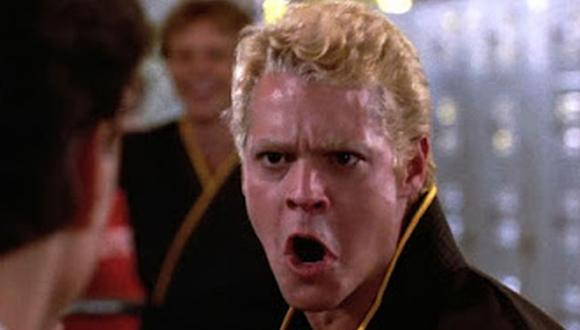 """El momento en el que Dutch encara a Daniel LaRusso en los vestidores previo a que arranque el torneo de karate de All Valley en """"Karate Kid"""". (Foto: Sony Pictures Home Entertainment)"""