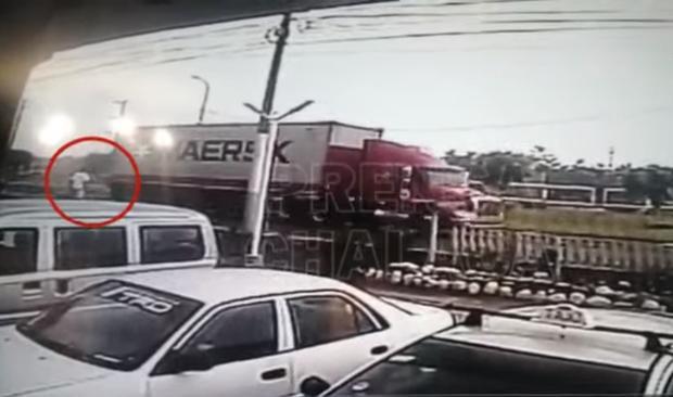La víctima llega a la avenida y se ve que espera para supuestamente cruzar. (Captura de video de Prensa Chalaca)