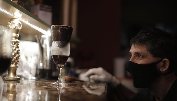 El inventor contemplando su obra. (Foto: La ruta del café peruano )