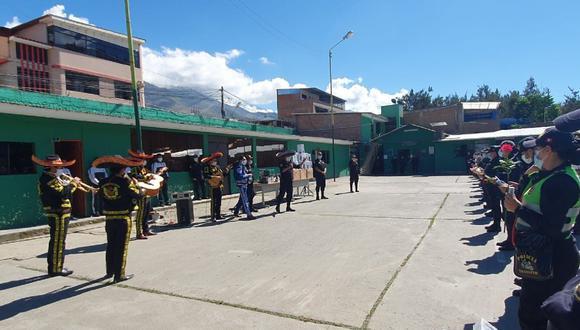 Huánuco: Sorprenden con mariachis a mamás policías y no hubo ni abrazos ni besos por distanciamiento social. (Foto PNP)