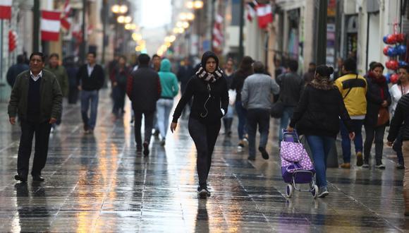 Los limeños ya usan ropa más abrigadora ante el intenso frío. (GEC)