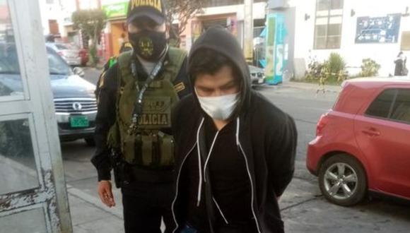 Arequipa: Agentes de la comisaría de Miraflores Intervinieron a Rubén Mayhua (29) en la puerta de hostal con una menor de 17 años, a quien captó a través de Facebook y le propuso sostener relaciones íntimas a cambio de dinero. (Foto: Arequipa es diferente)