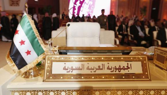 La bandera de la oposición en el asiento oficial de Siria en la cumbre. (Reuters)