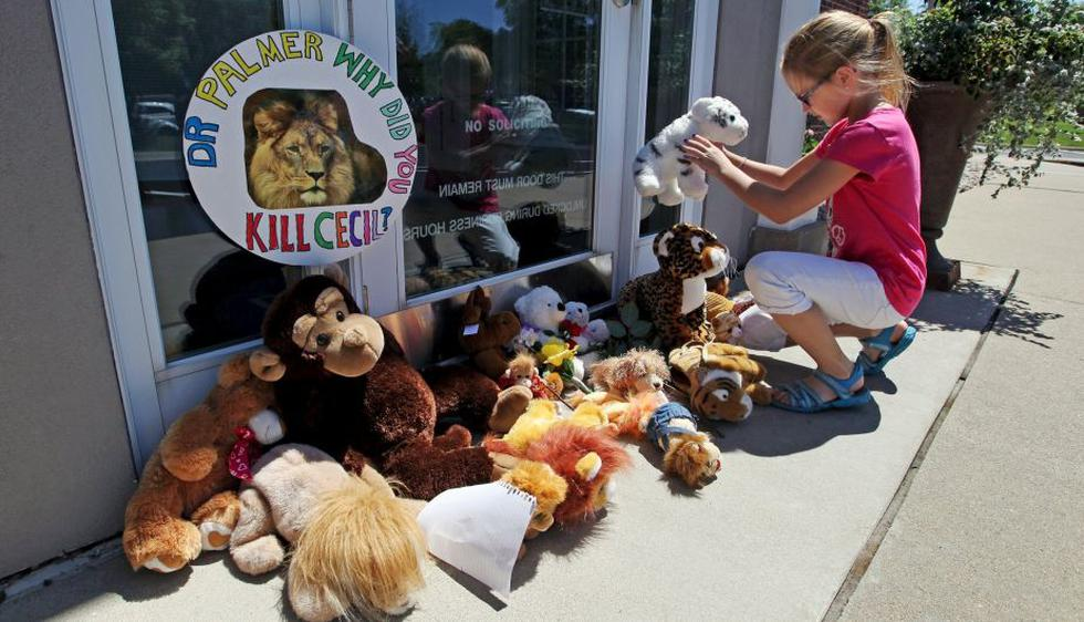 Activistas y niños dejaron peluches en clínica del asesino de león Cecil. (Reuters)