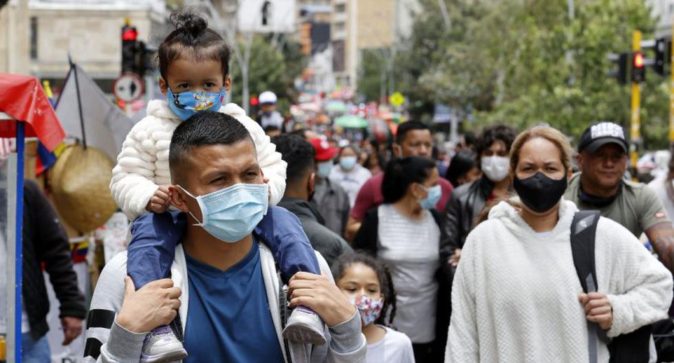 Ciudadanos transitan por una concurrida calle en Bogotá (Colombia). (EFE/ Mauricio Dueñas Castañeda).