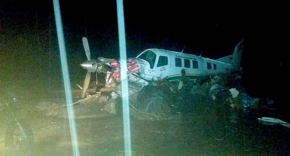Un pequeño avión en una pista de aterrizaje rodeada por las inundaciones en Sentani, cerca de la capital provincial de Jayapura. (Foto: AFP)