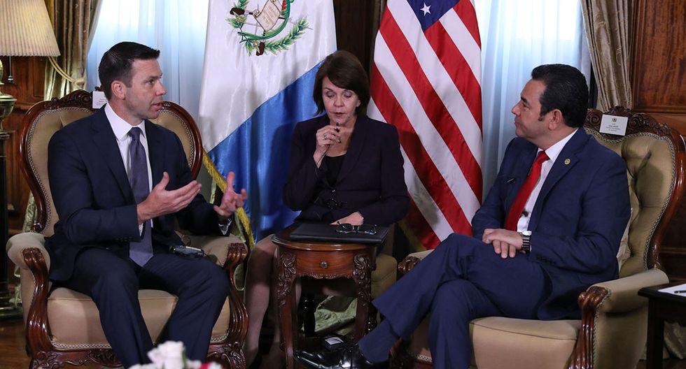 El presidente de Guatemala, Jimmy Morales (derecha), entrevistándose con el secretario interino de Seguridad Nacional de Estados Unidos, Kevin McAleenan. (Foto: AFP)