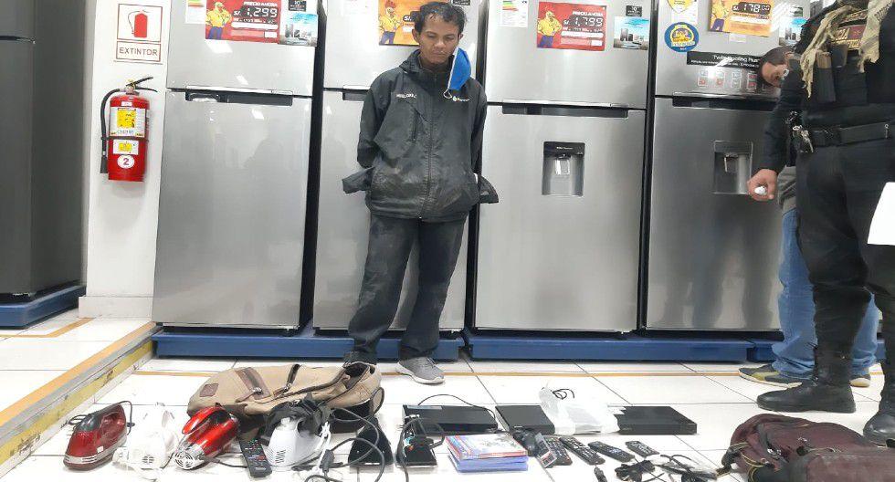 Ica: Policía les halló tres mochilas en las que había guardado una serie de dispositivos electrónicos y celulares. (Foto PNP)