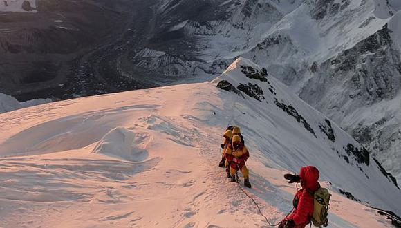 Monte Everest: Doce guías nepalíes mueren en una avalancha. (AP)