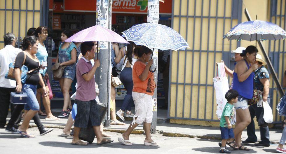 Algunas personas optan por protegerse de los rayos ultravioletas en la temporada de verano. (GEC)