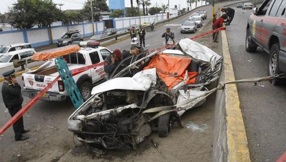 VIOLENTO ACCIDENTE. El agente de la Policía y el taxista murieron en forma instantánea. (Rolando Ángeles/USI)