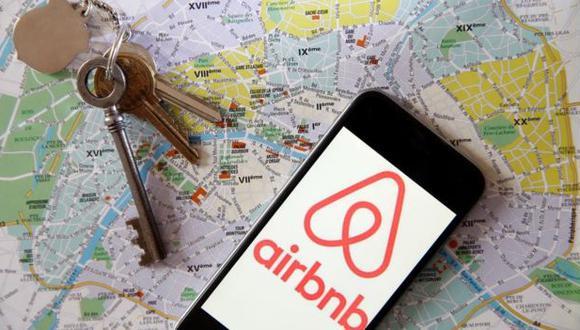 Airbnb administra la relación entre el anfitrión y el huésped. Una vez que acuerdan el alquiler, la plataforma es quien cobra por adelantado, y se encargan de manejan la garantía del huésped.