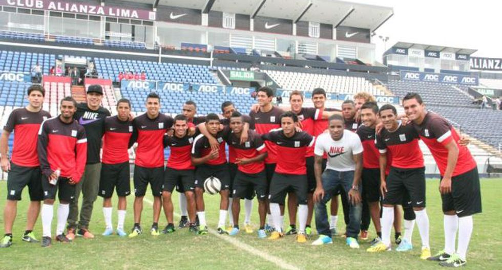 Guerrero y Farfán se reunieron con el plantel blanquiazul. (Prensa Alianza Lima)