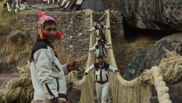 Mil pobladores, entre hombres y mujeres, trabajaron tres días para renovar el puente colgante. (FOTO: AFP/ Gobierno regional de Cusco)