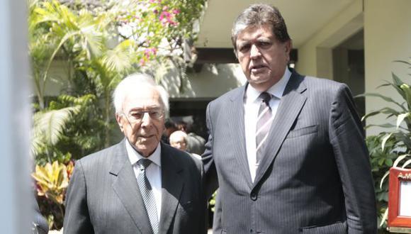 ADIÓS. Luis Bedoya y Alan García entre los primeros que acudieron. (César Fajardo)
