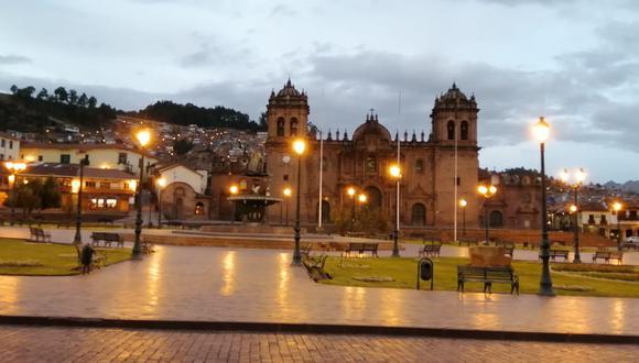 Plaza de Armas de Cusco esta tarde fue cercada para evitar celebraciones por Halloween o el Día de la Canción Criolla. (Foto: Gerardo Cabrera Campos)