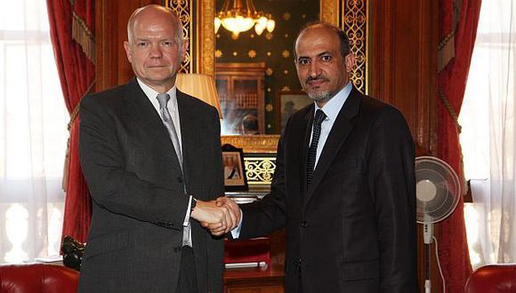William Hague y Ahmad Yarba se reunieron en Londres. (EFE)