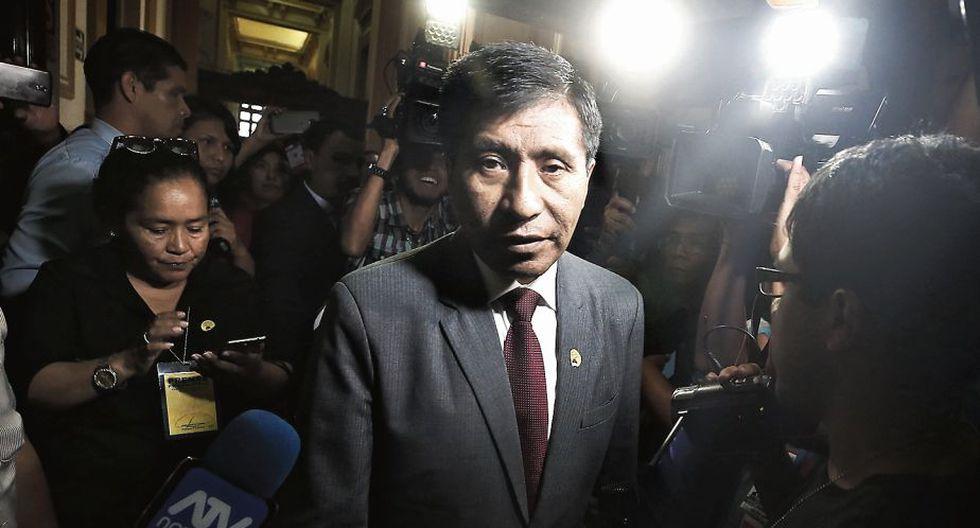 Ampay. Prestó su reloj a colega Figueroa para que grabe videos. (CésarCampos/Perú21)