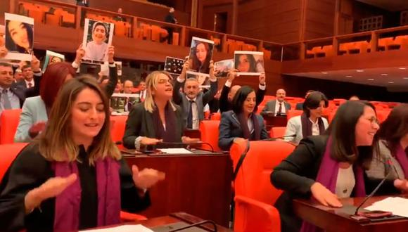 """Diputadas turcas cantaron 'Un violador en tu camino"""" en el Parlamento de su país. (Captura de video)."""